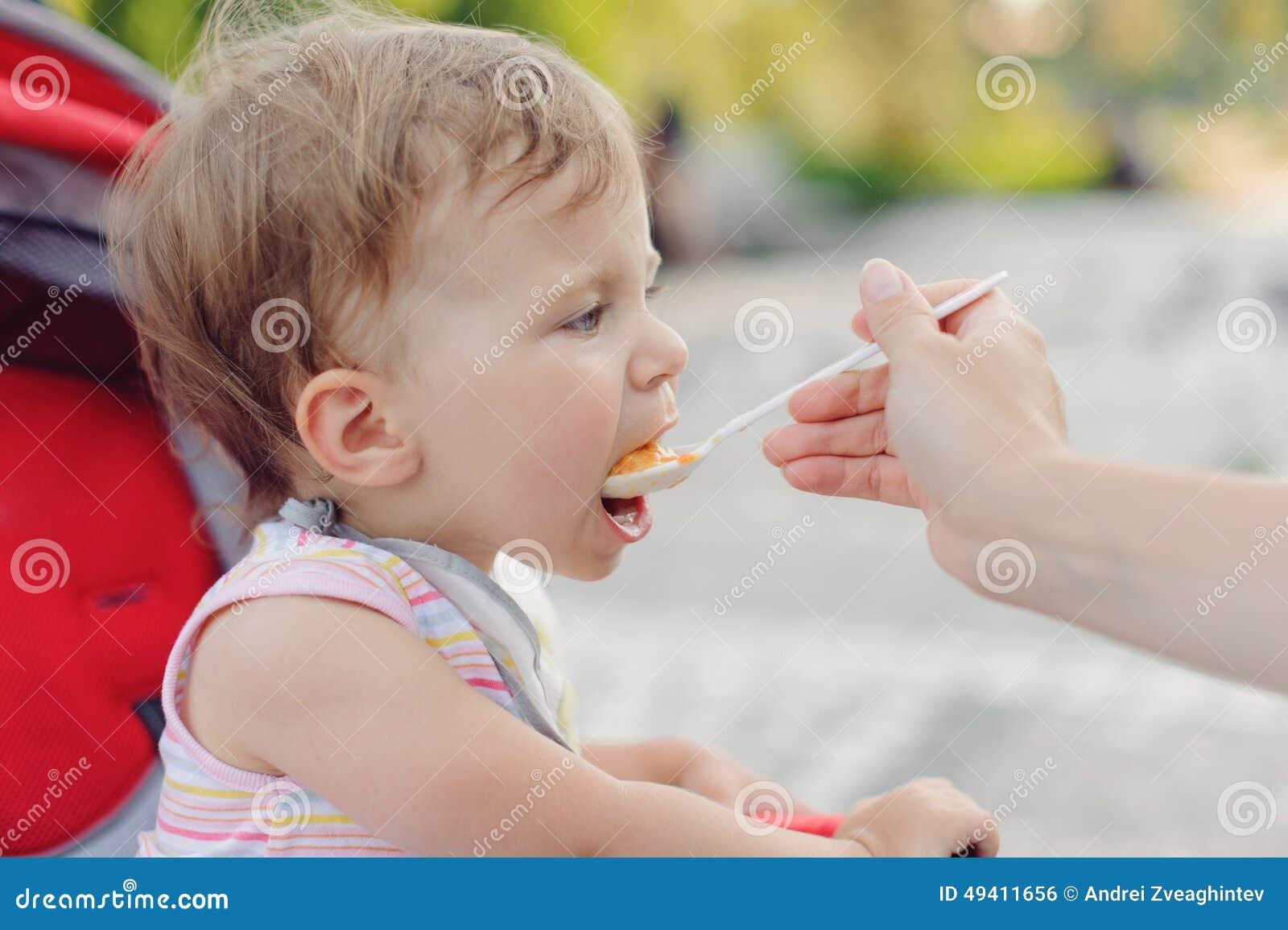 Download Mädchen, das Brei isst stockfoto. Bild von gesicht, obacht - 49411656