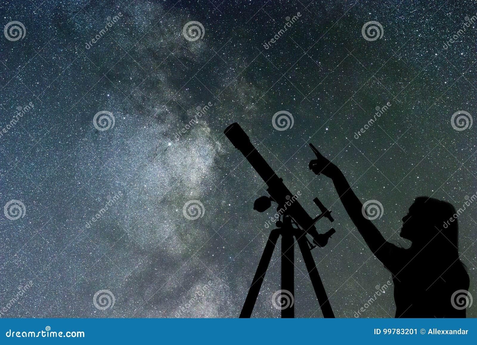 Mädchen, das die Sterne betrachtet Teleskop-Milchstraße