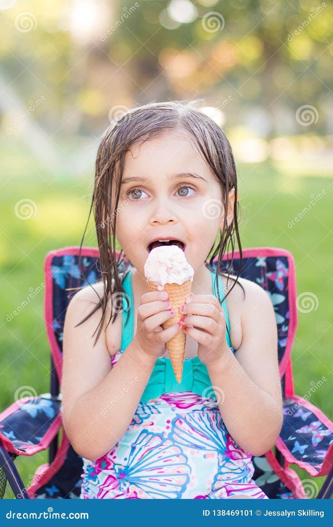 Mädchen, das draußen Eiscreme isst