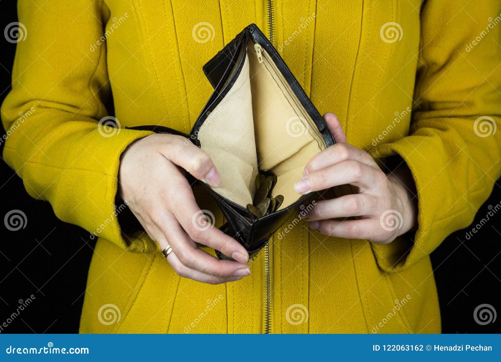 Mädchen, das einen leeren Geldbeutel, Nahaufnahme, Konkurs hält