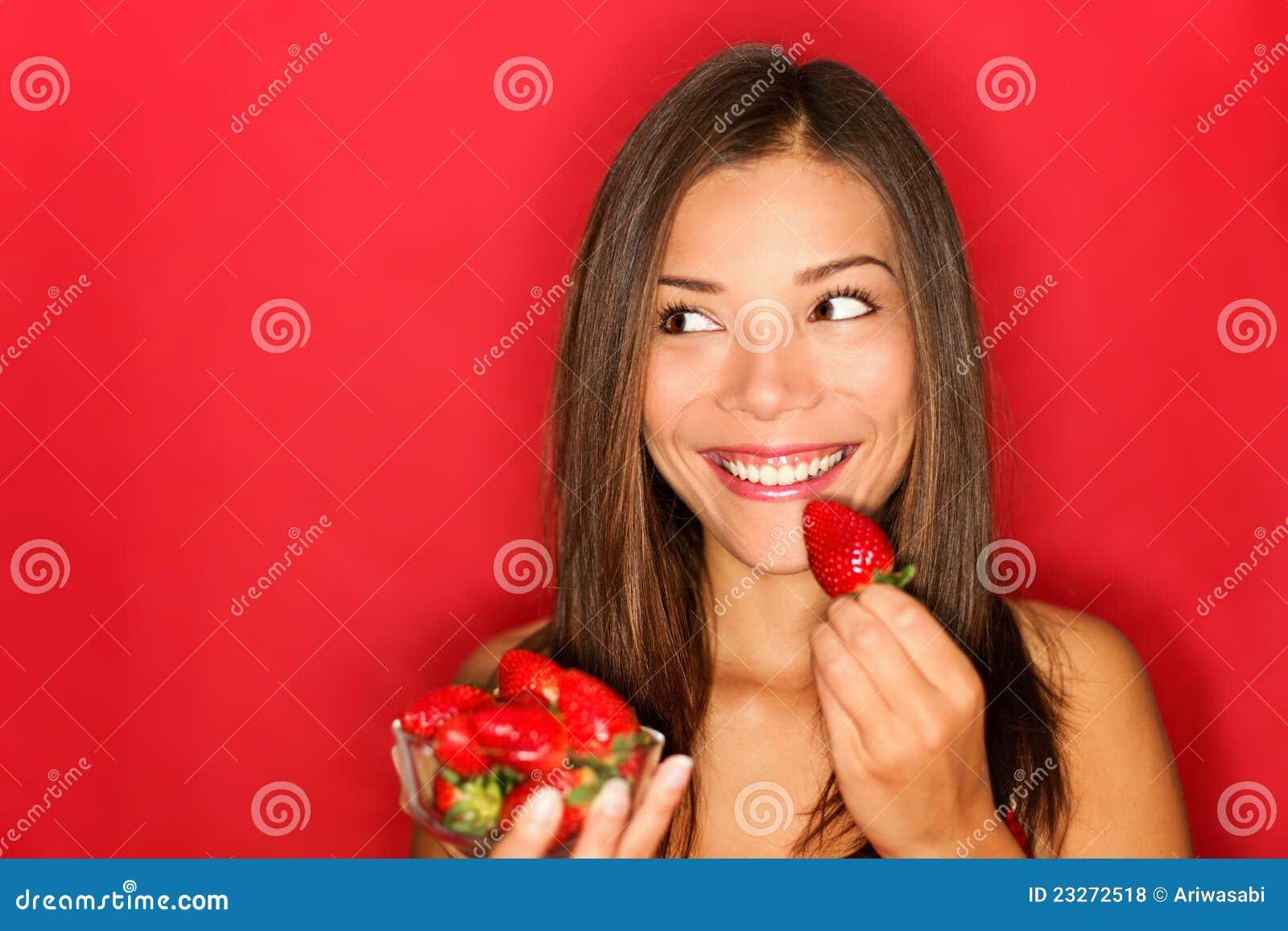 Mädchen, das Erdbeeren isst