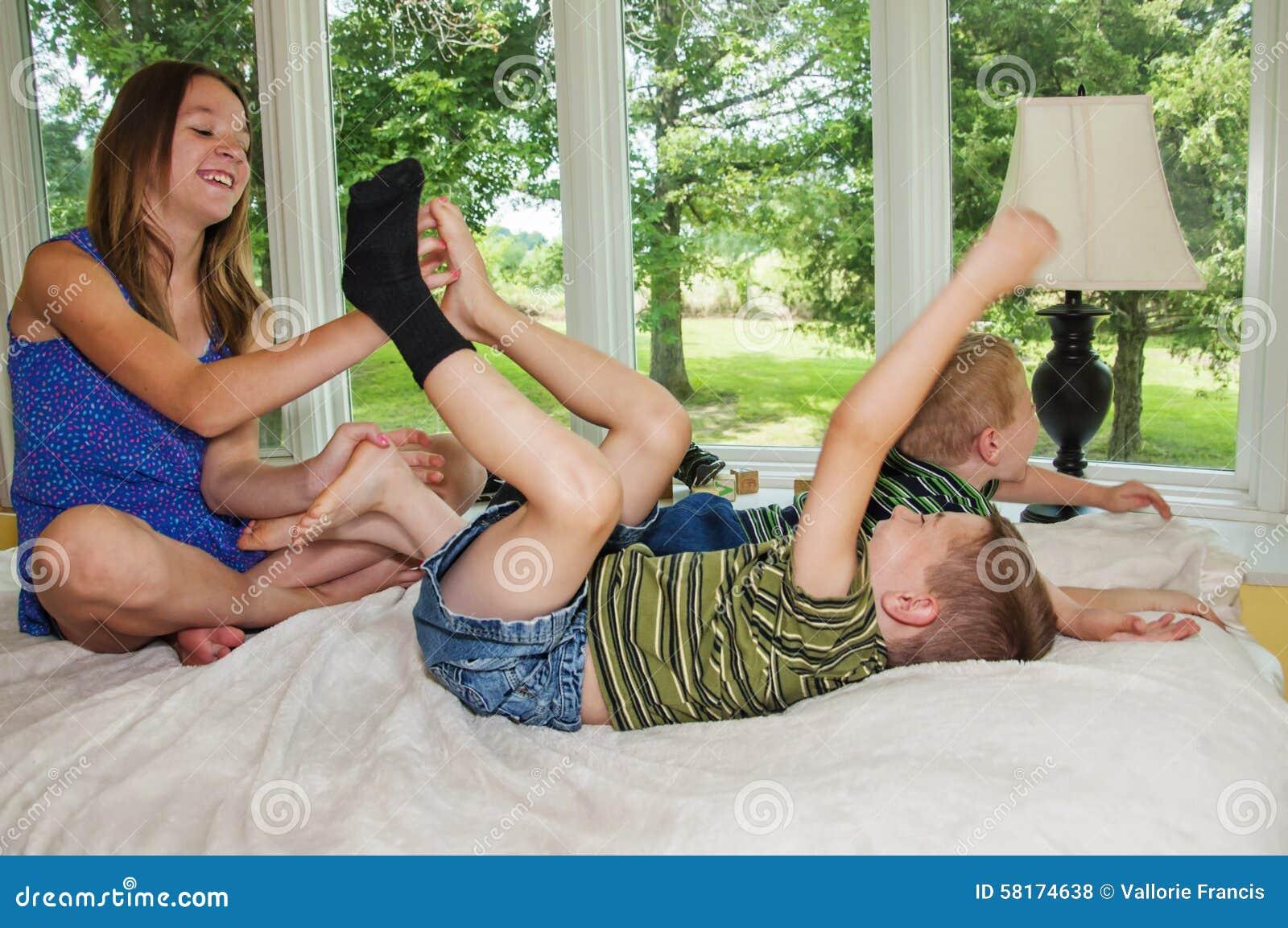 Mädchen füße kitzeln