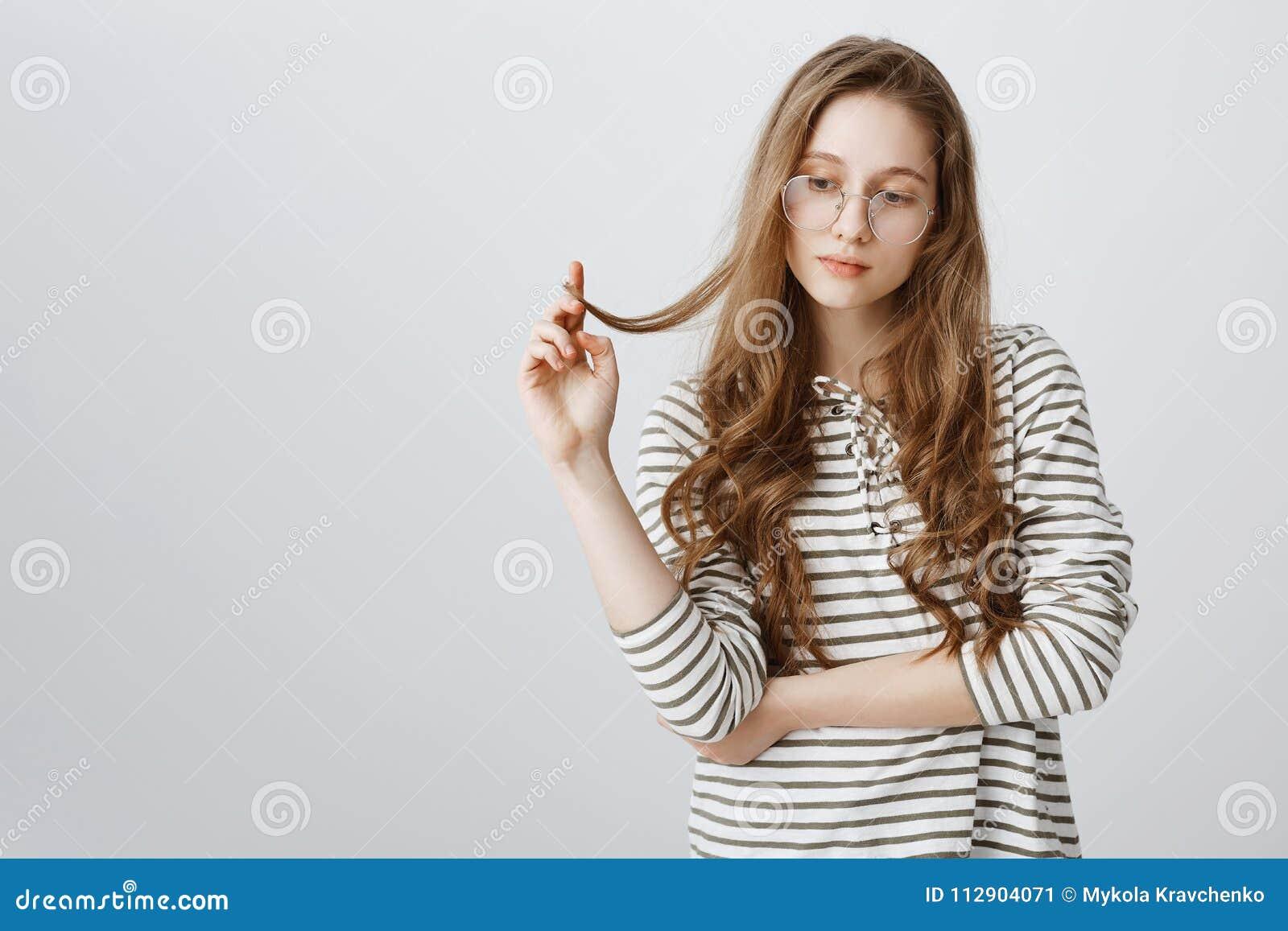 Mädchen, Das Heraus Während Des Gespräches, Denkend An Eigene