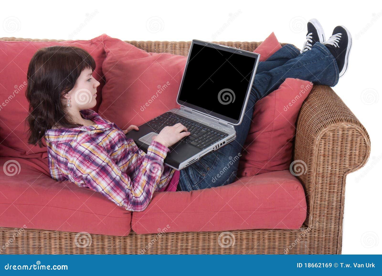 Mädchen, das an ihrem Laptop getrennt auf Weiß arbeitet