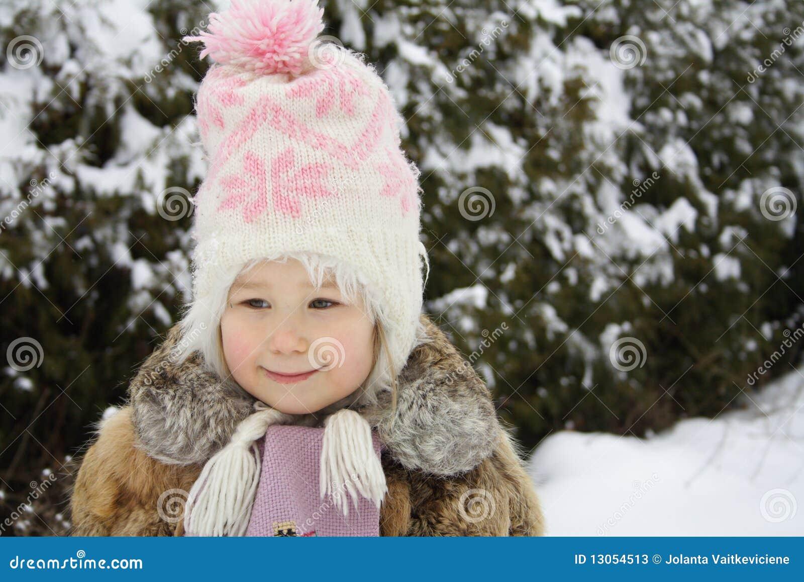 Mädchen, das im Winter lächelt
