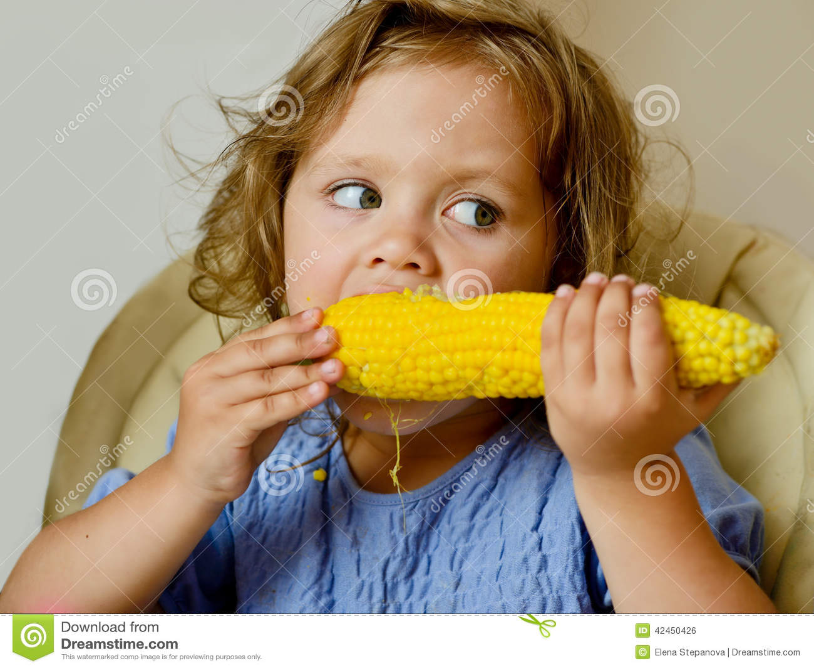 Mädchen, das Mais isst