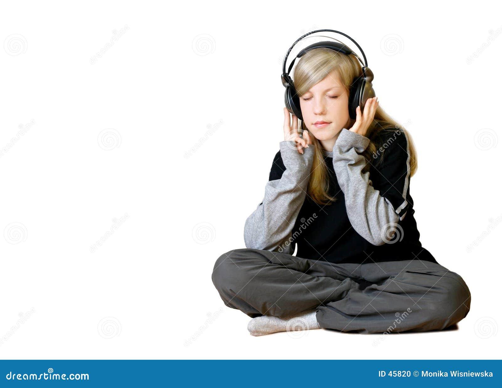 Mädchen, das Musik 2 hört