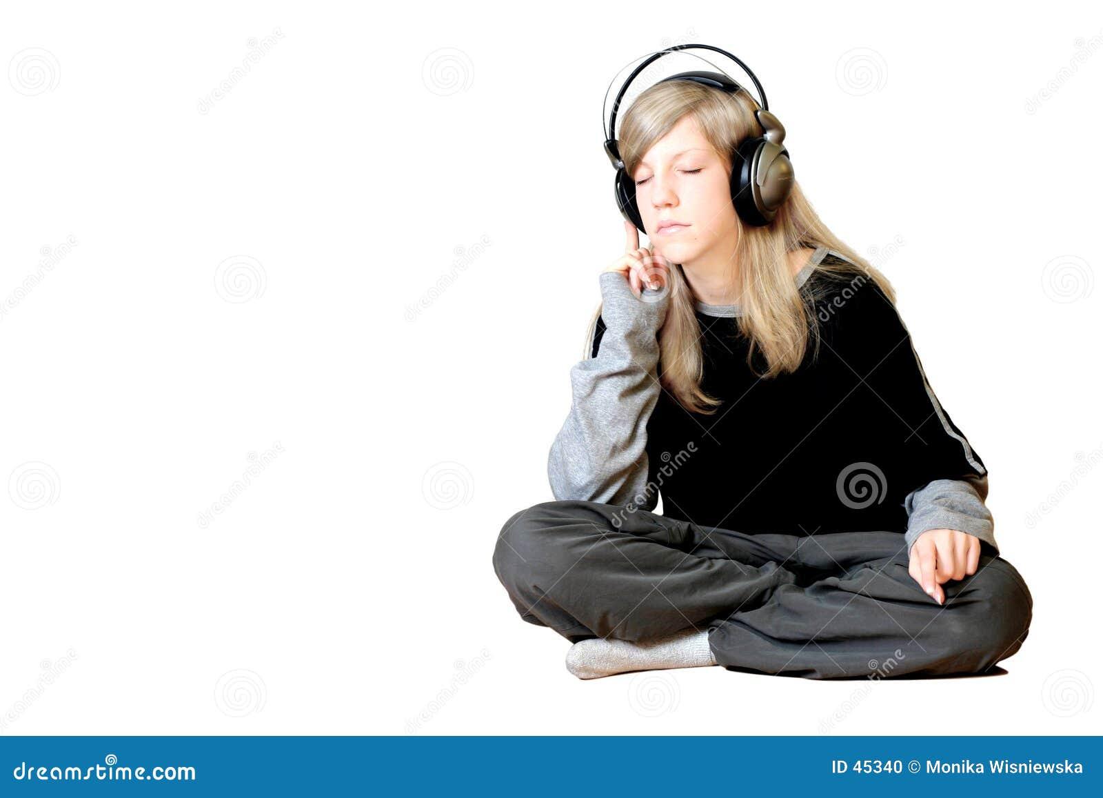Mädchen, das Musik hört