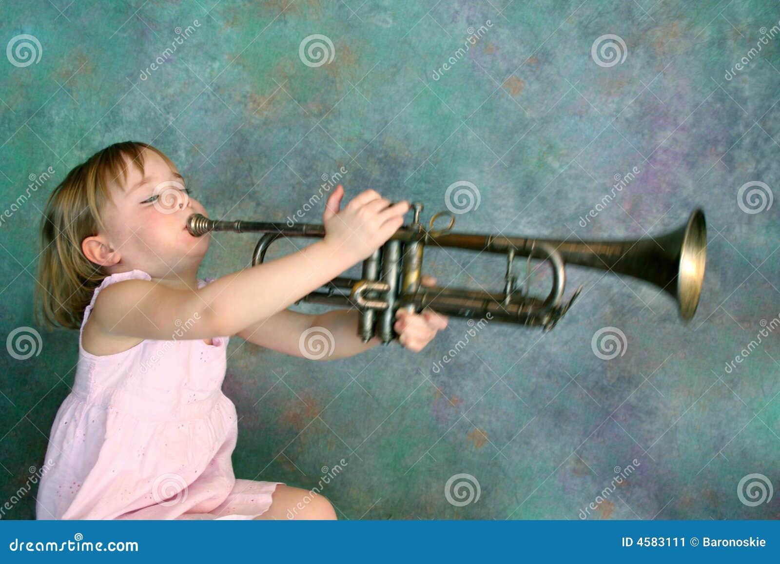Mädchen, das Trompete spielt