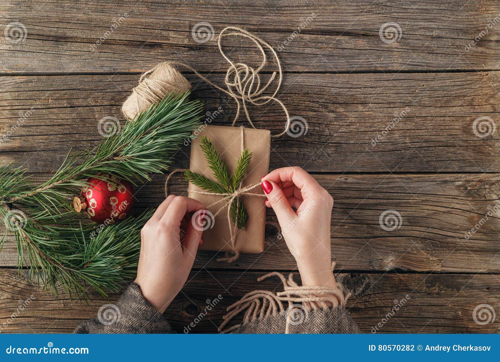Mädchen, Das Weihnachtsgeschenk Einwickelt Frau ` S Hände, Die ...