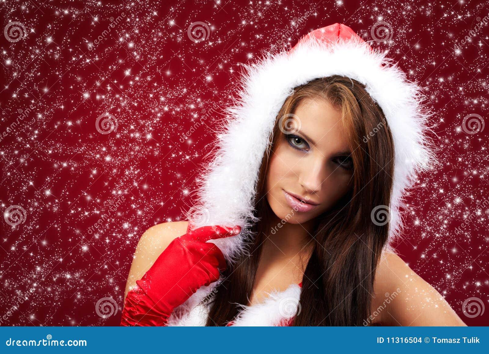 Mädchen, das Weihnachtsmann-Kleidung trägt