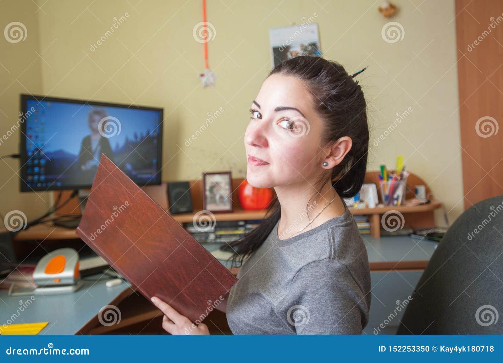 Mädchen, das zu Hause an einem Tischrechner, ein Freiberufler zu Hause arbeitet Weiblicher Programmierer, der an Tischrechner arb