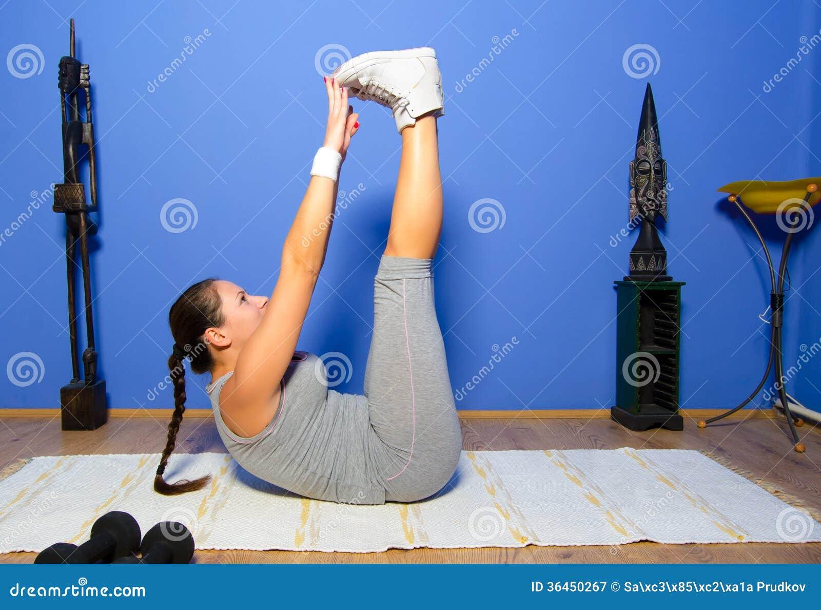 Mädchen, das zu Hause trainiert