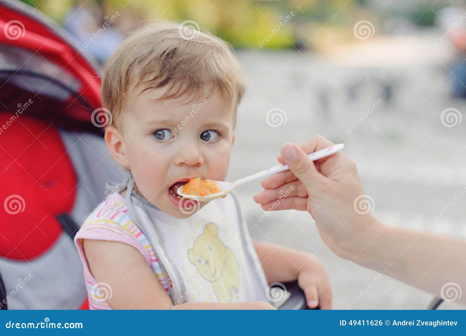 Download Mädchen, Das Zu Mittag Isst Stockfoto - Bild von liebe, lebensstil: 49411626
