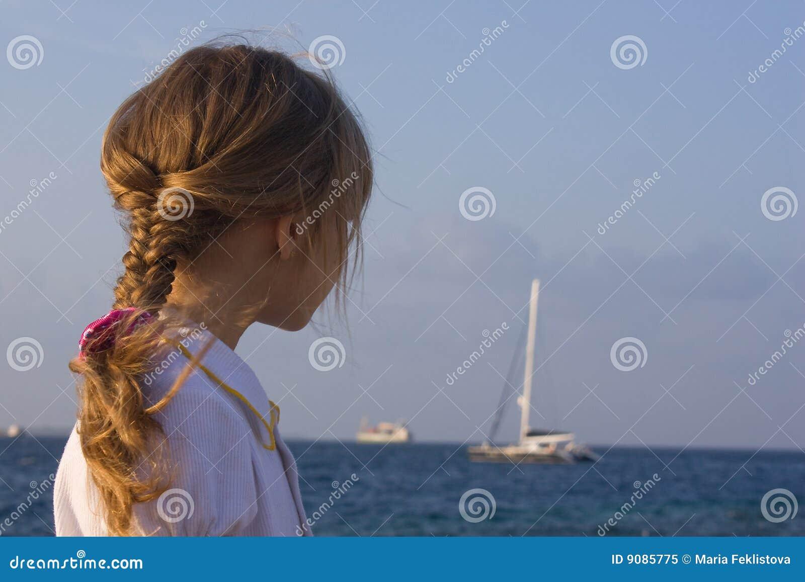 Mädchen, das zur Yacht schaut