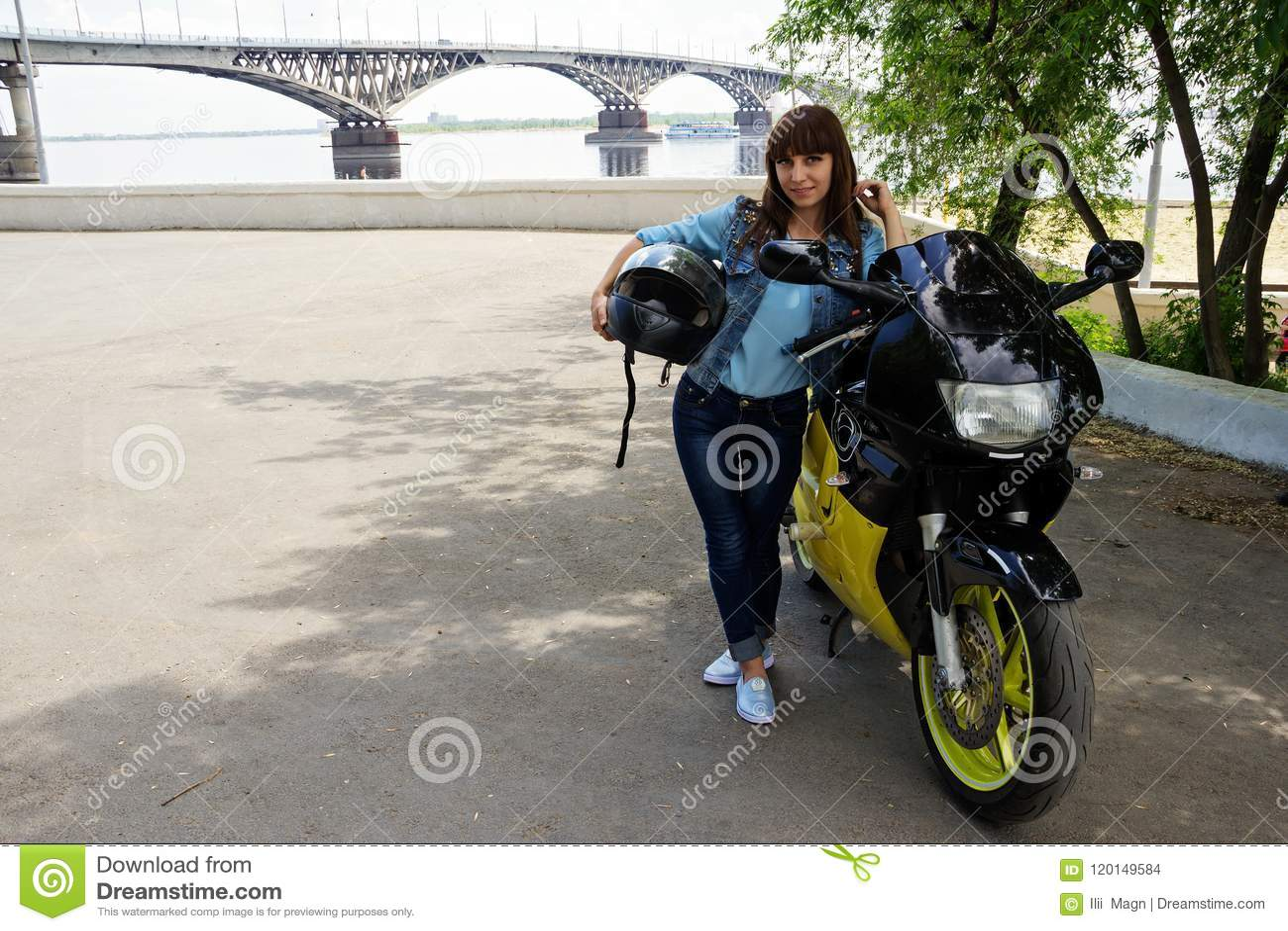 Mädchen in den Jeans mit einem Motorrad