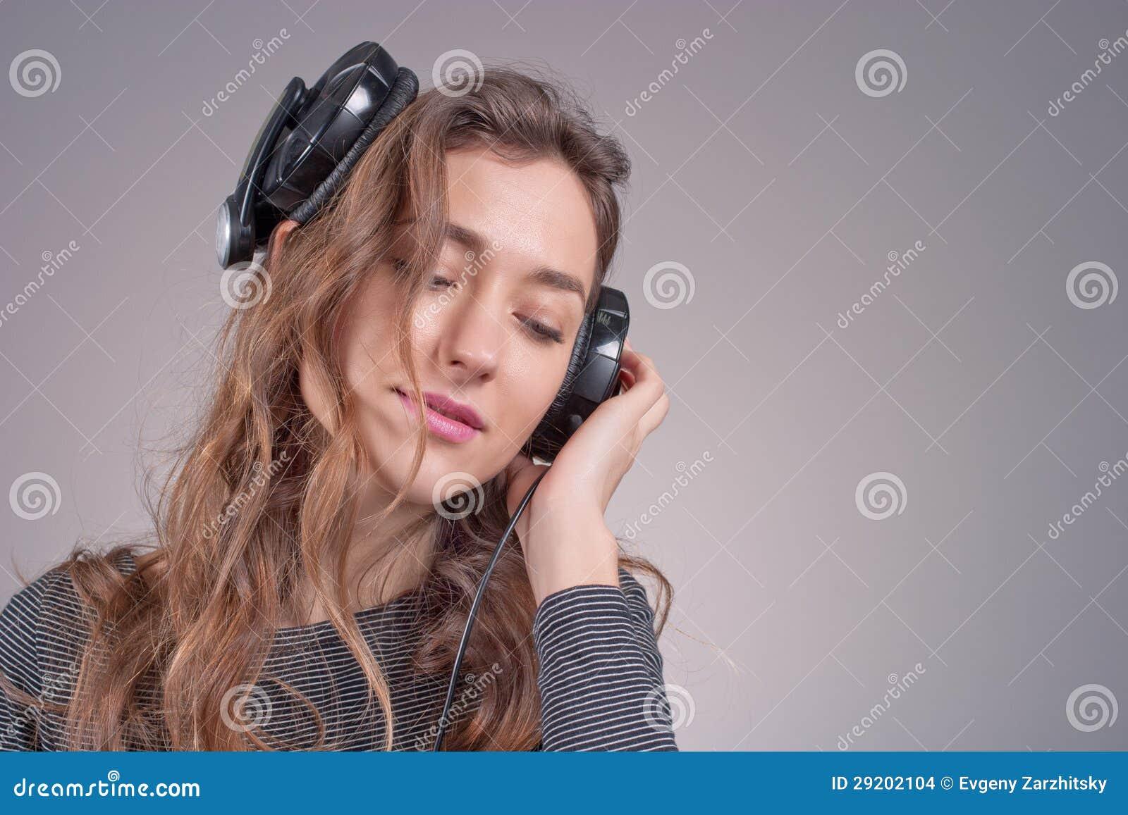 Mädchen in den Kopfhörern