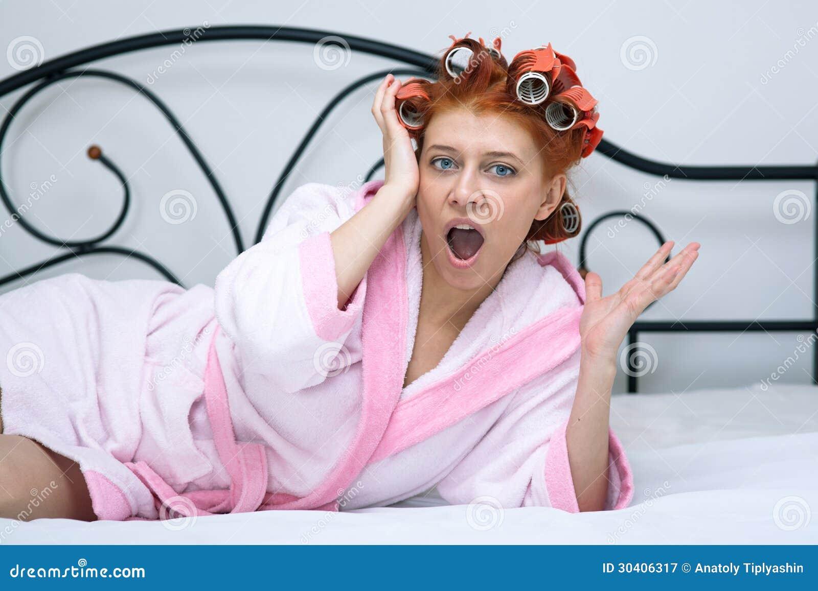 Mädchen In Den Lockenwicklern Auf Dem Bett Lizenzfreie ...