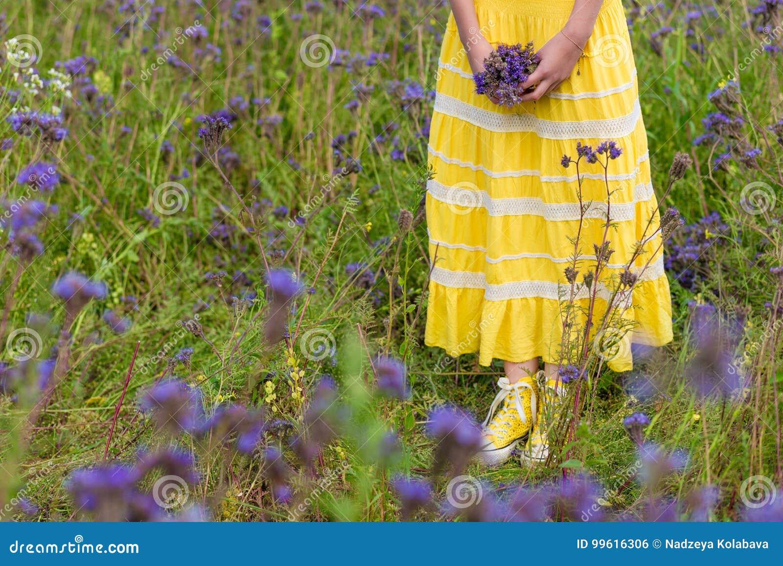 Mädchen In Den Purpurroten Blumen Draußen Im Sommer Stockfoto - Bild ...