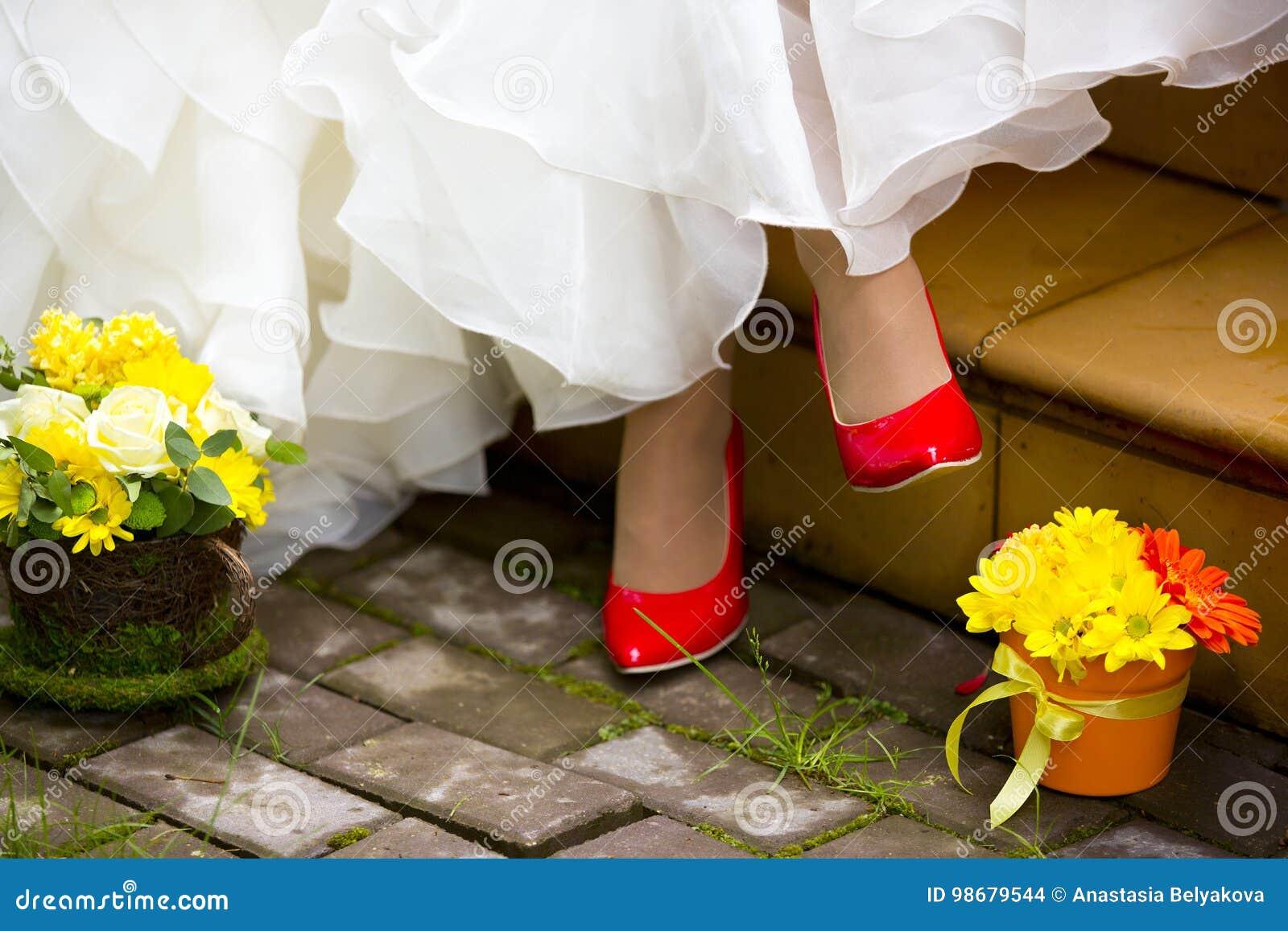 Mädchen In Den Roten Schuhen, Im Weißen Hochzeitskleid Und In Zwei ...