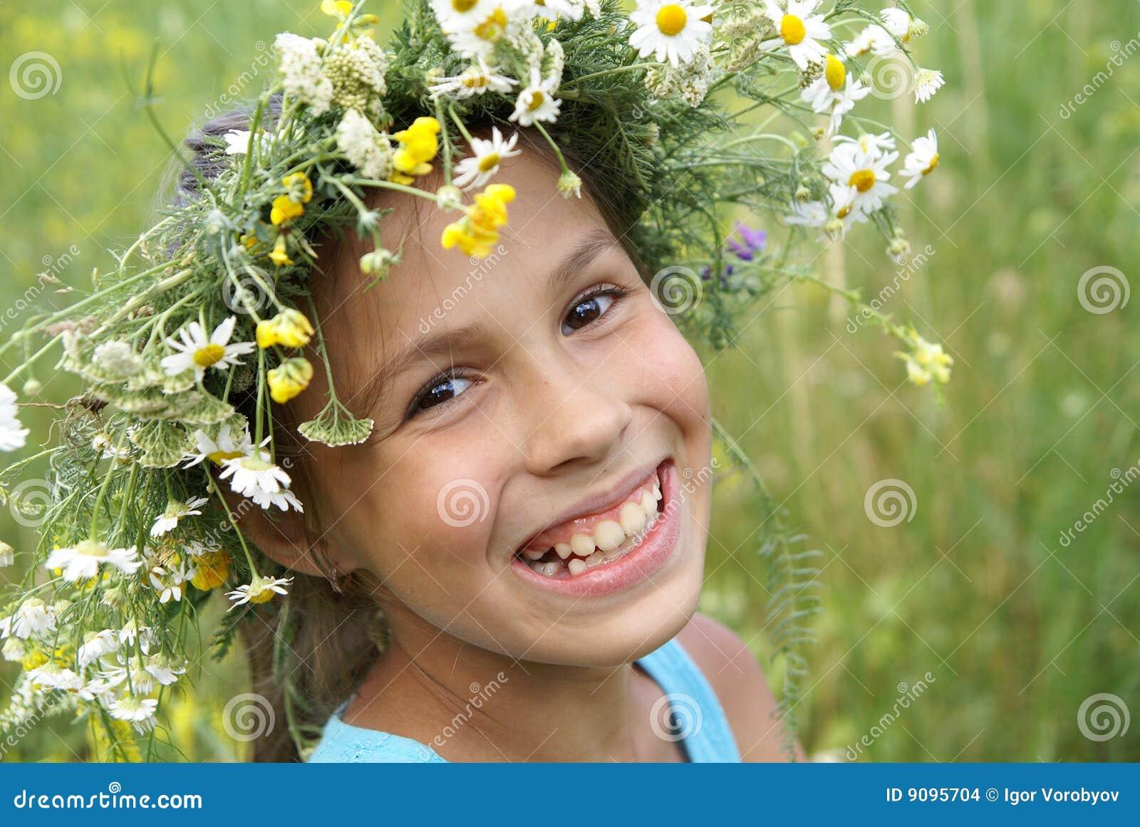 Mädchen in der Feldblumengirlande