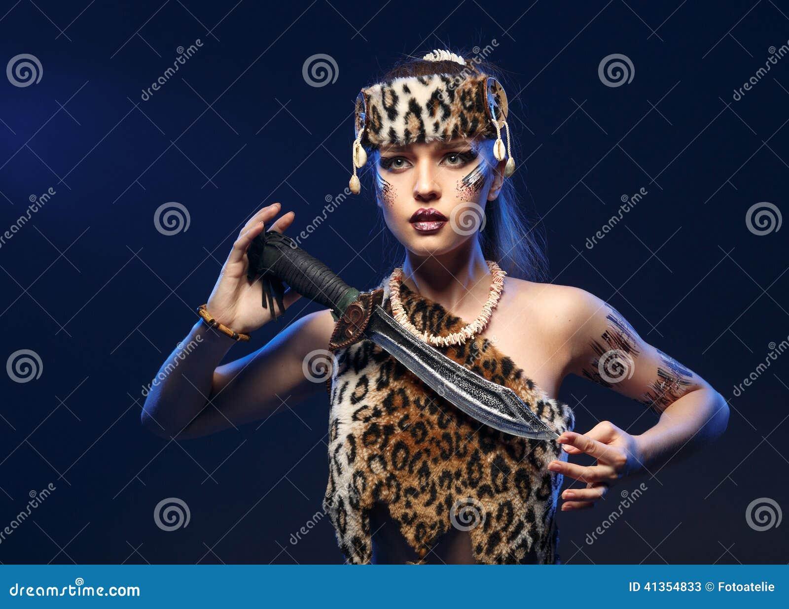 Mädchen in der Kleidung Amazonas mit einer Klinge in seiner Hand