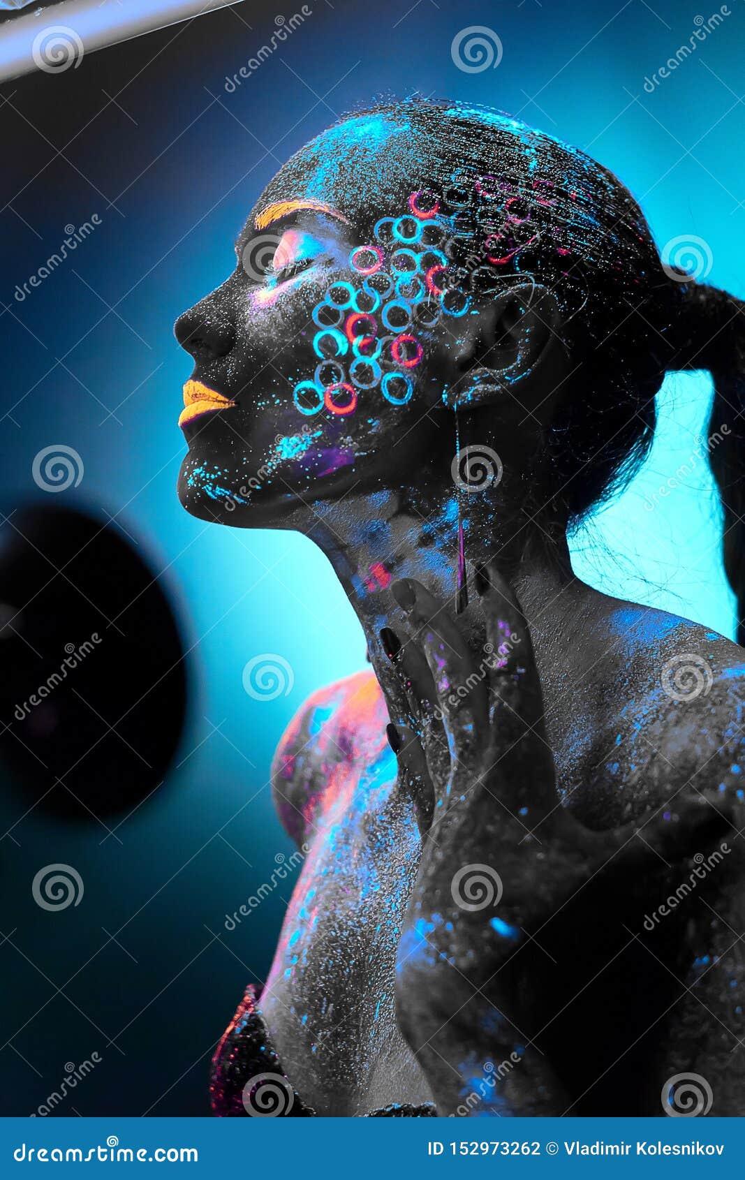 Mädchen in der Neonkörperkunst