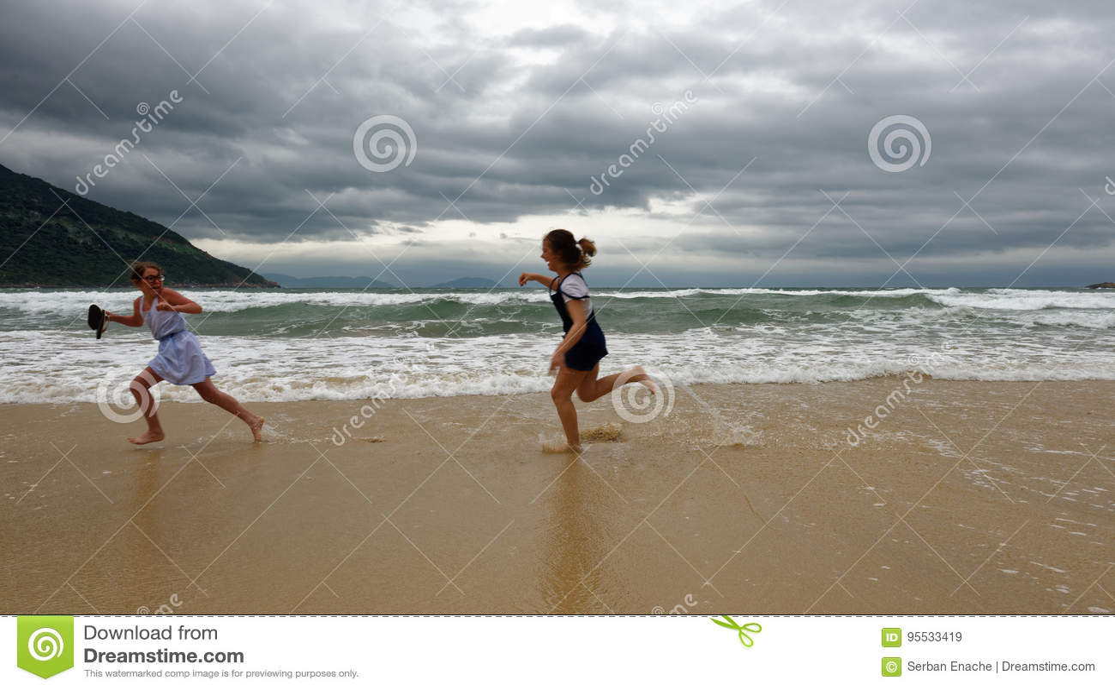 Mädchen, die auf Strand, Da Nang, Vietnam spielen