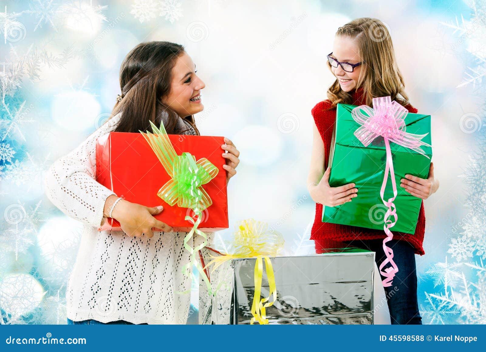 Mädchen, Die Geschenke Am Weihnachten Geben Stockfoto - Bild von ...