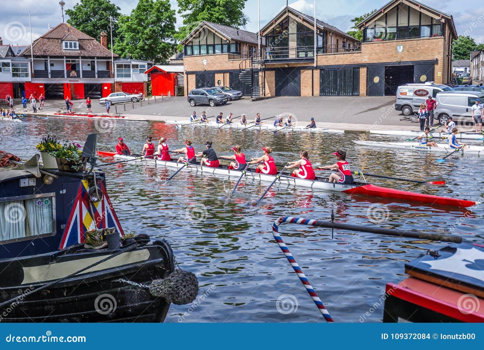 Mädchen, die Königin ` s bei College und bei Magdalene Boat Clubs, Cambridge, England, 21. vom Mai 2017 rudern