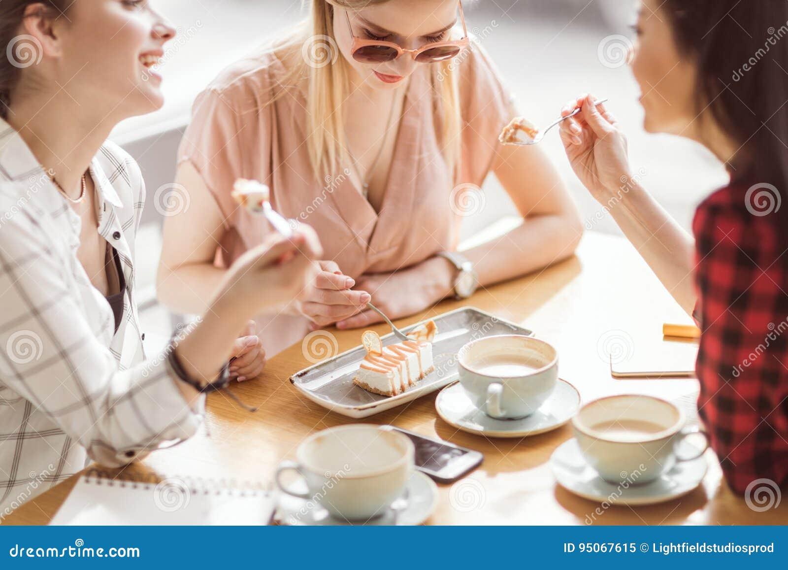 Madchen Die Kuchen Essen Und Kaffee Am Cafe Kaffeepause Trinken