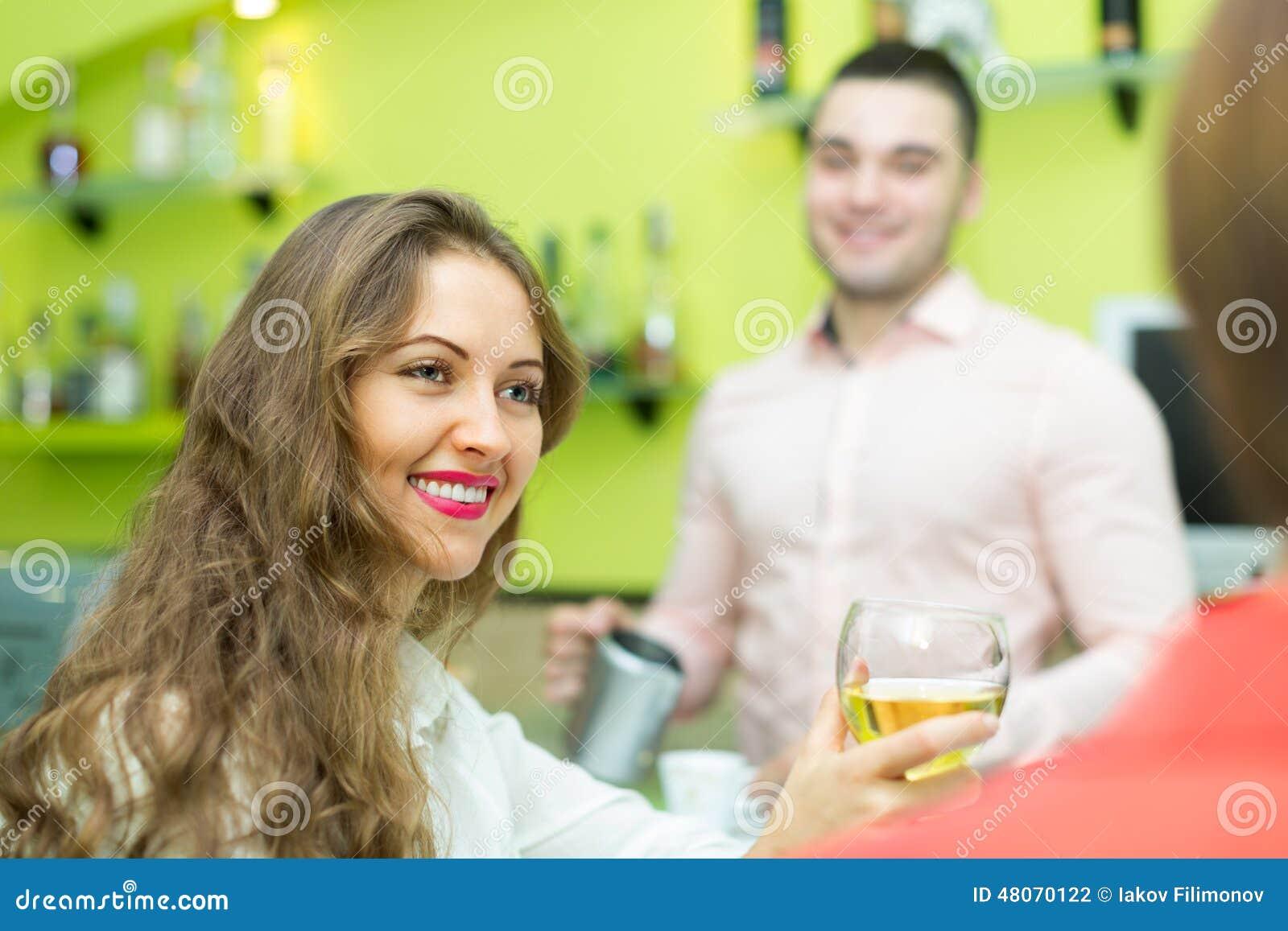 Kellnerin kennenlernen – So flirtest du erfolgreich mit der Bedienung