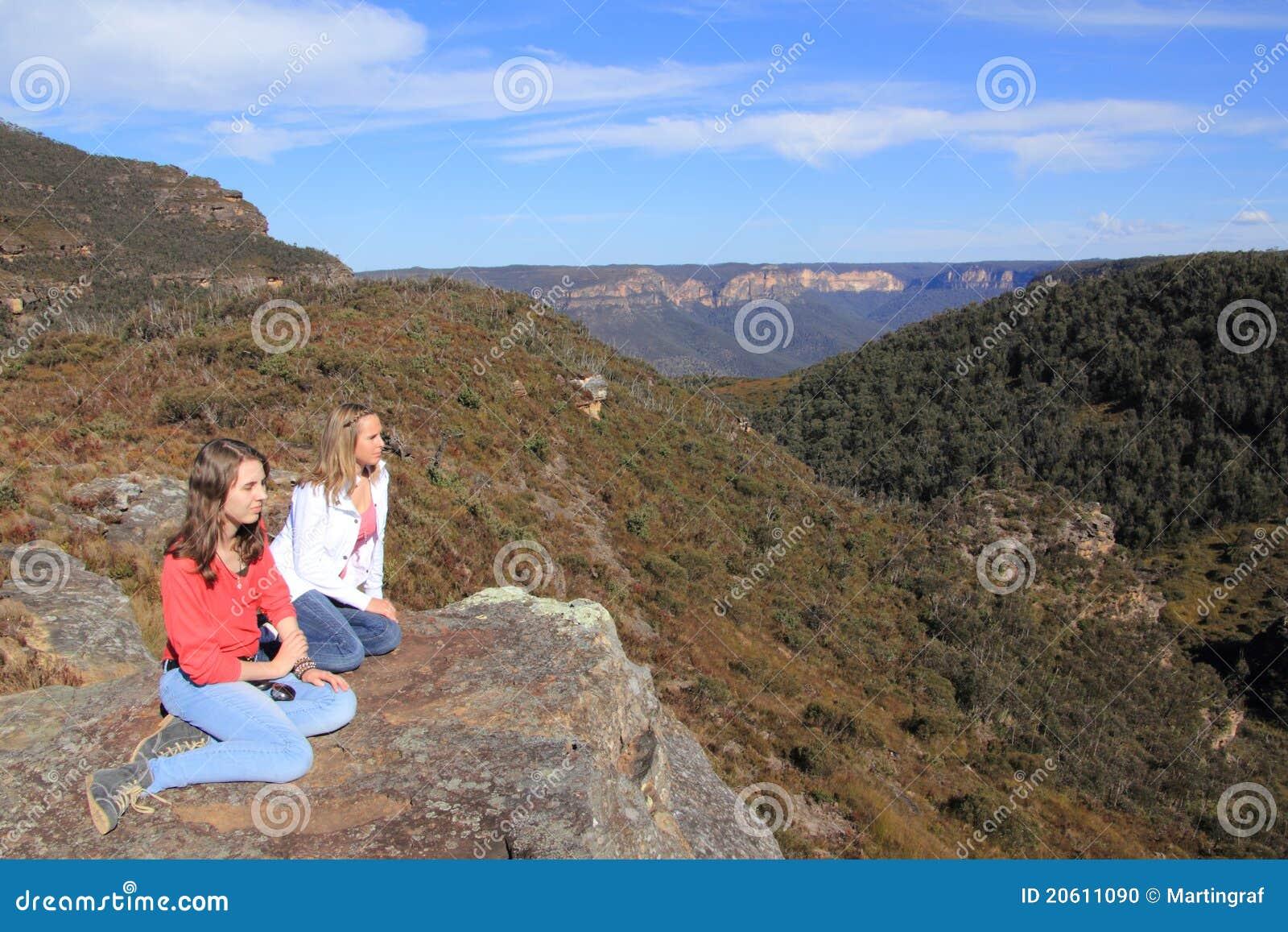 Mädchen, die in Mt-Querneigungen stillstehen