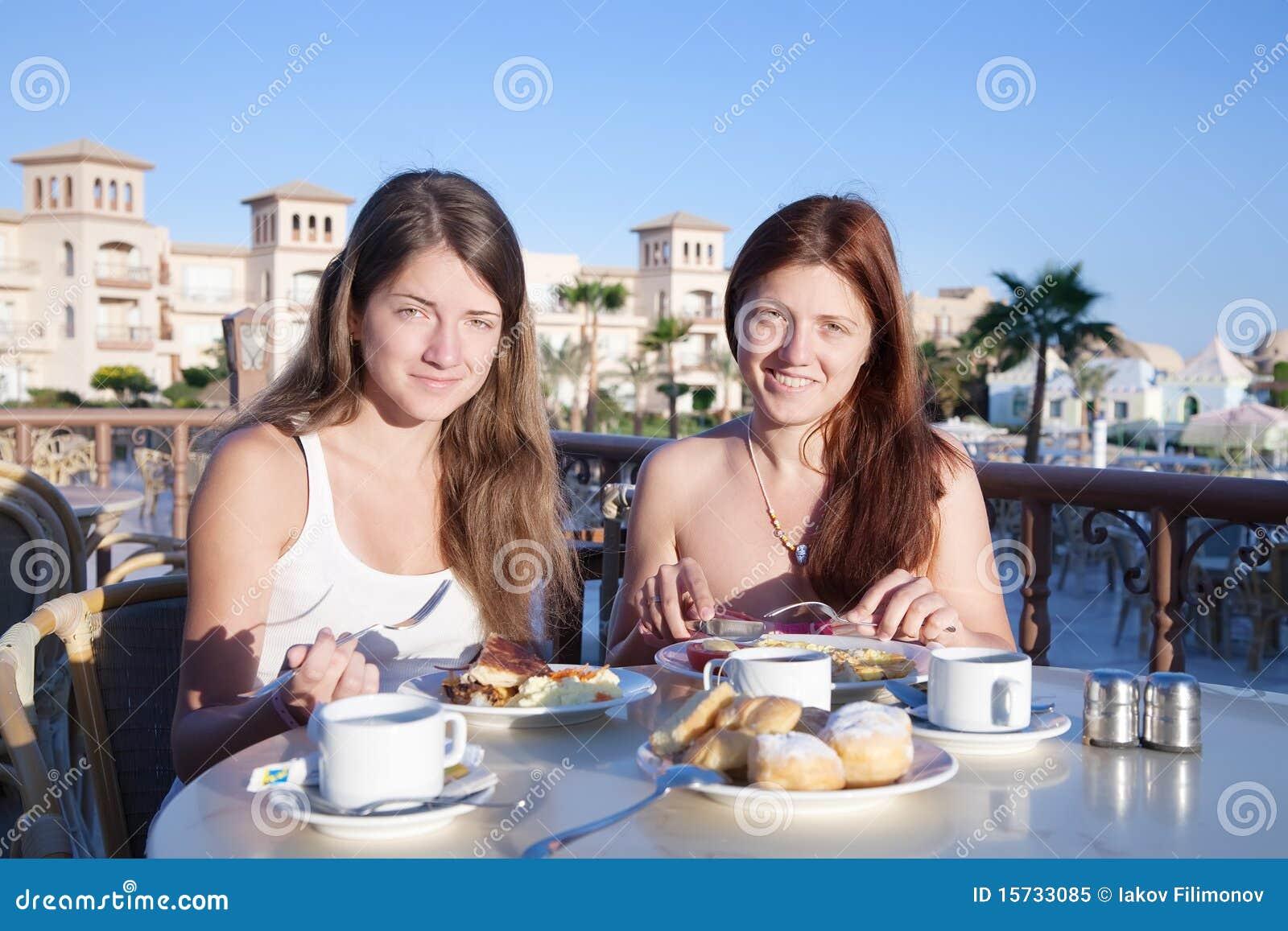 Mädchen, die zu Mittag essen