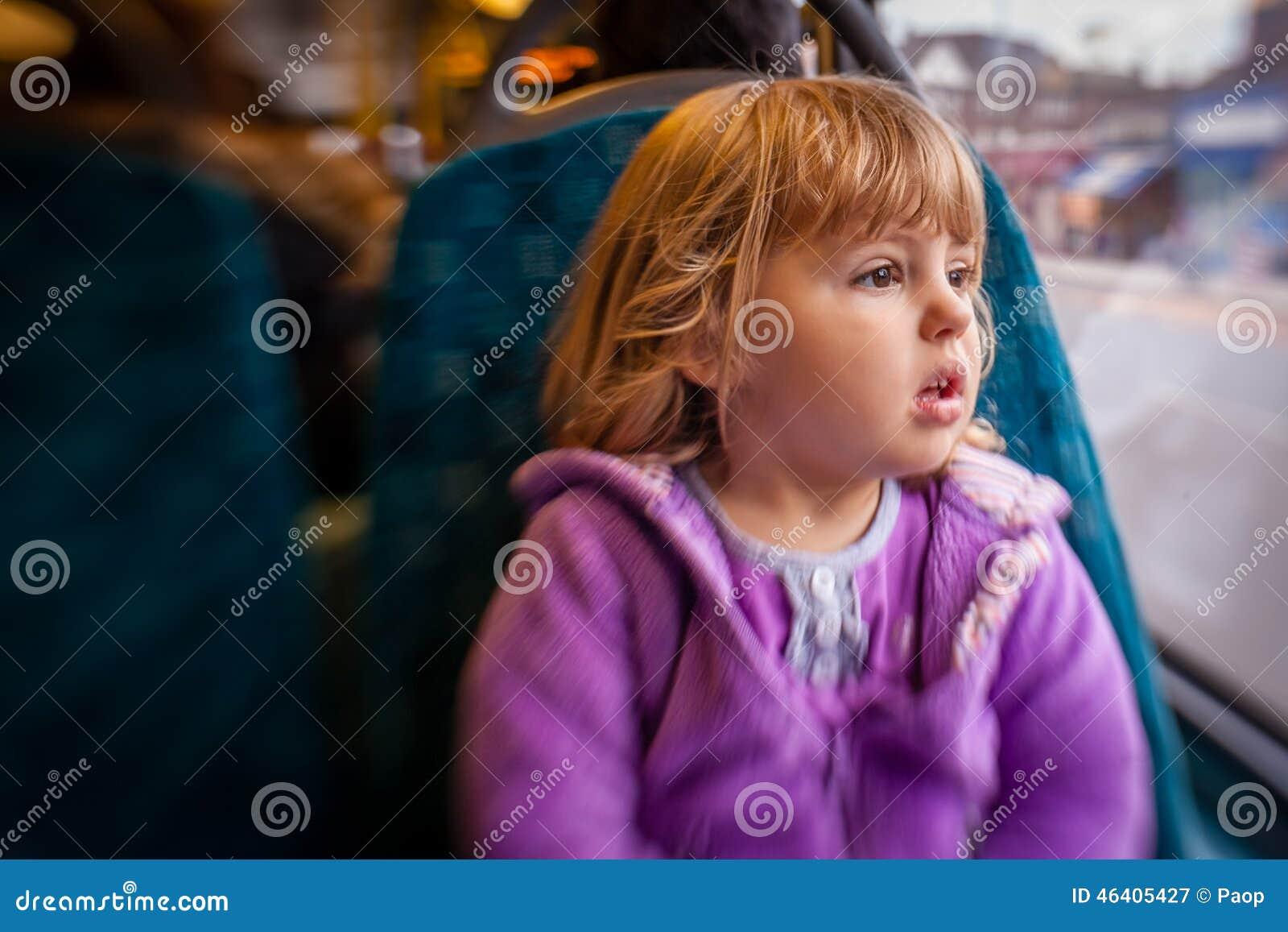 Mädchen in einem Bus gefingert