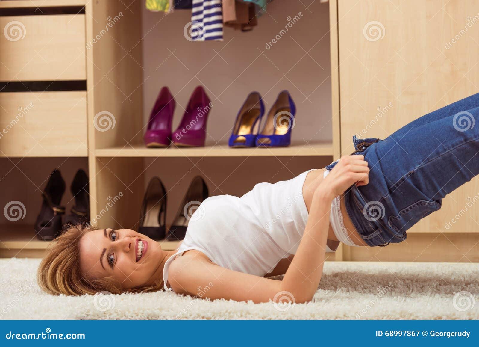 Nackte Mädchen in einer Umkleidekabine