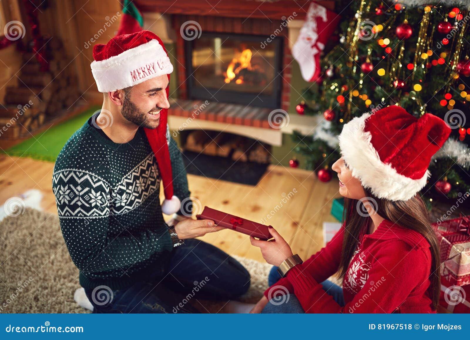 Mädchen Gibt Ihrem Freund Weihnachtsgeschenk Stockfoto - Bild von ...