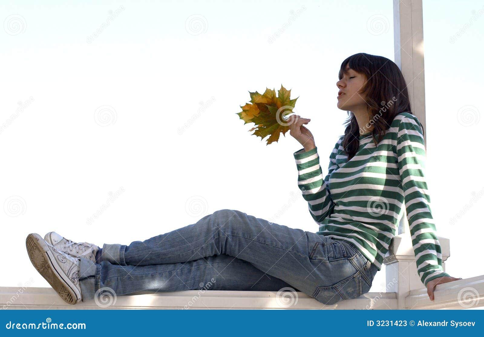Mädchen hält Herbstblätter an