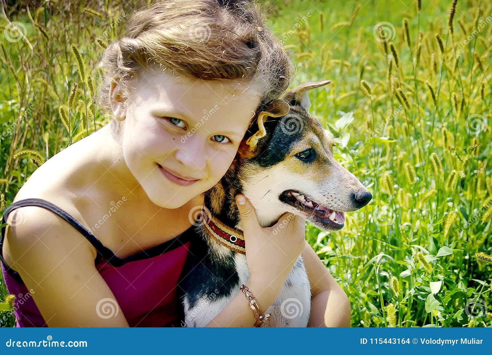 Mädchen haftete ihrem Hund an und fühlt sich glücklich Guter Tag von summer_
