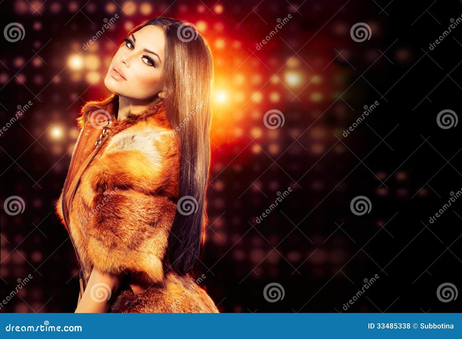 Mädchen im Fox-Pelz-Mantel