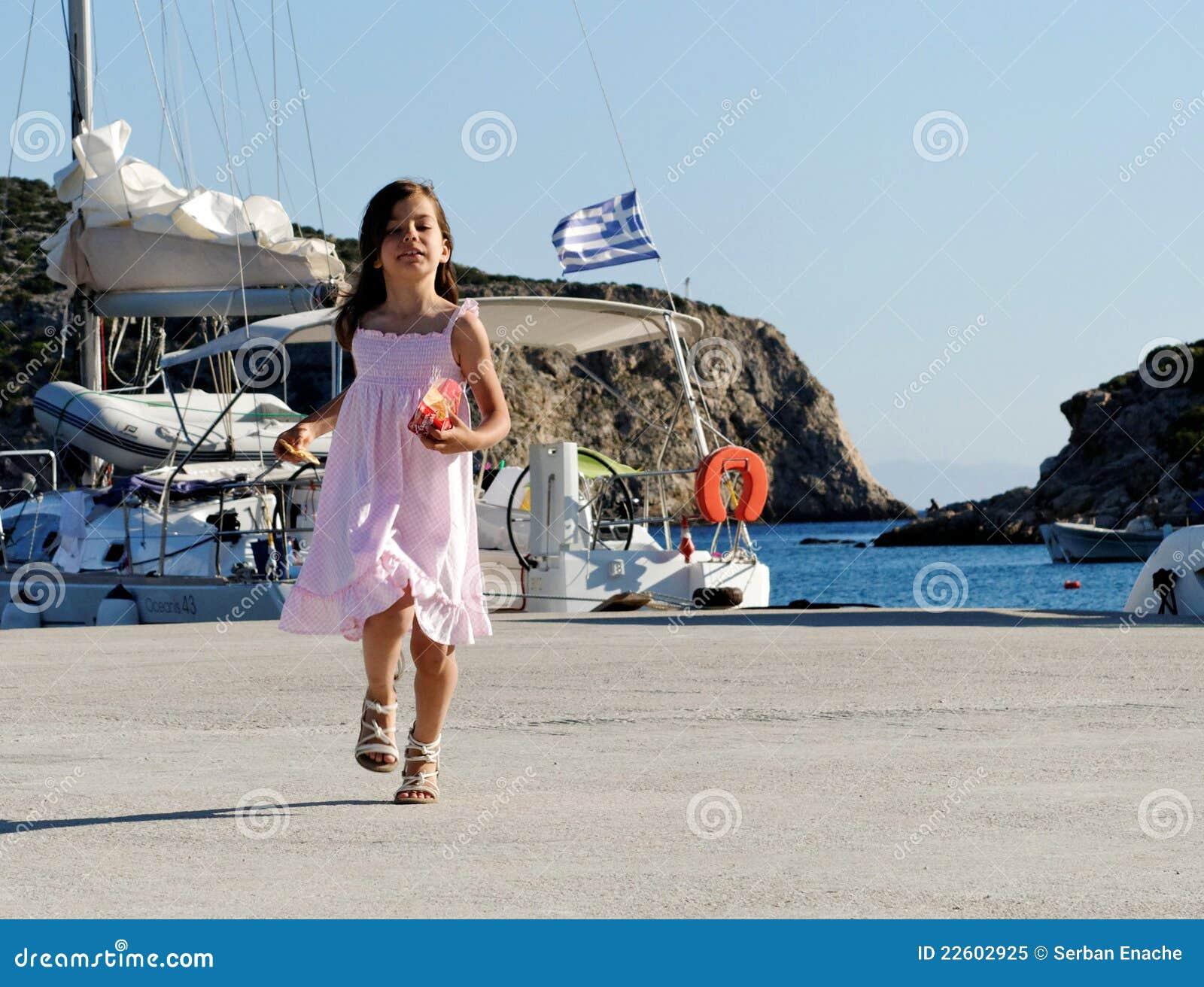 Mädchen im griechischen Hafen