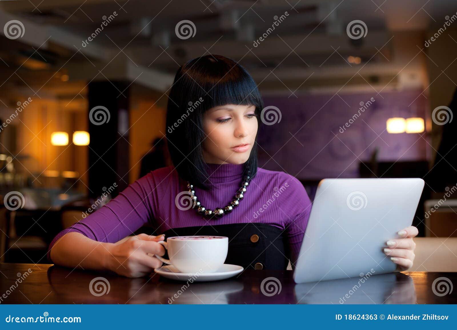Mädchen im Kaffee