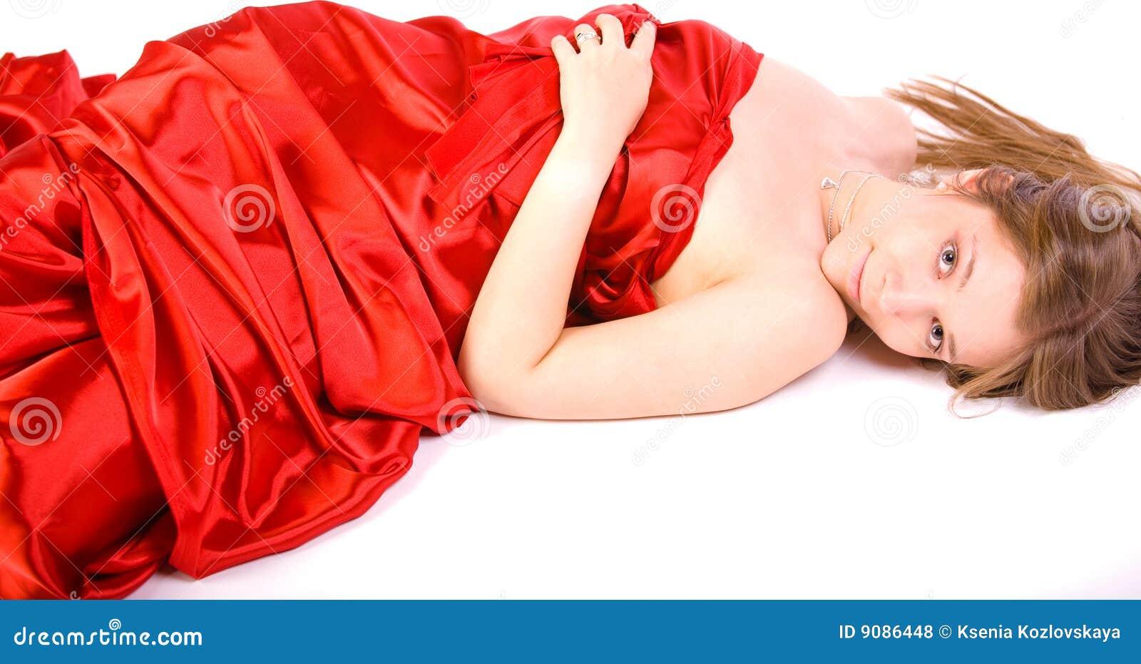 Mädchen im langen roten Kleid