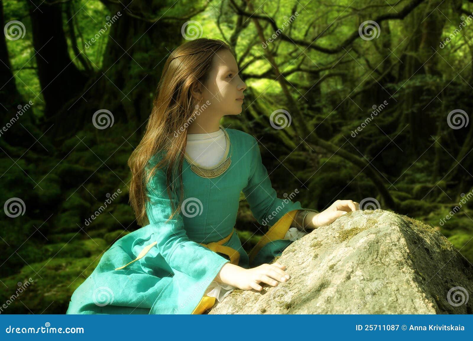 Mädchen im mittelalterlichen Kleid