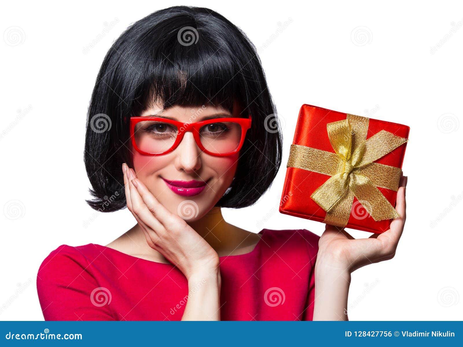 Mädchen im roten Kleid und in den Gläsern mit Präsentkarton