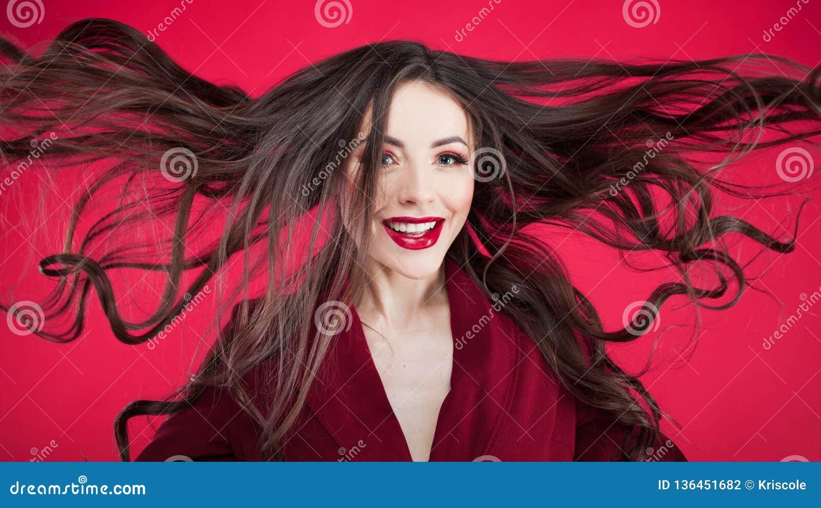 Mädchen im Schock auf rosa Hintergrund Junge Schönheit mit dem Haar oben