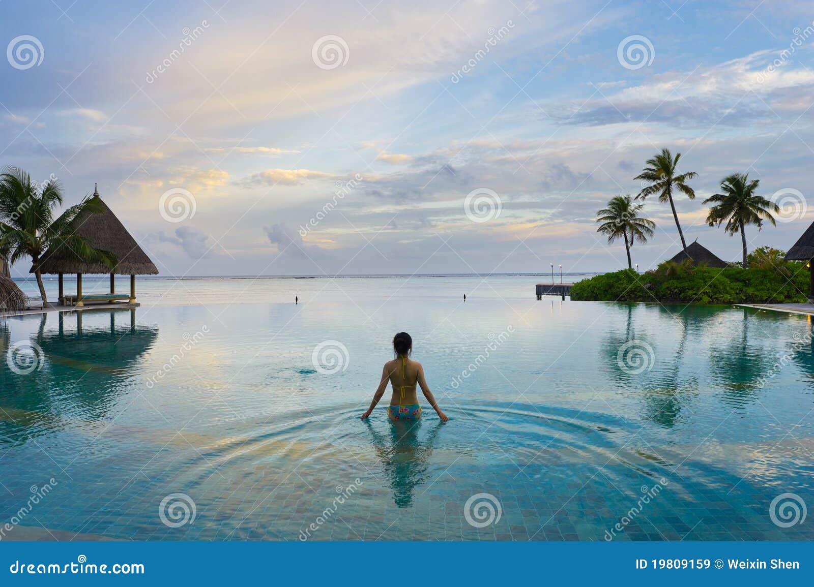 Mädchen im Swimmingpool