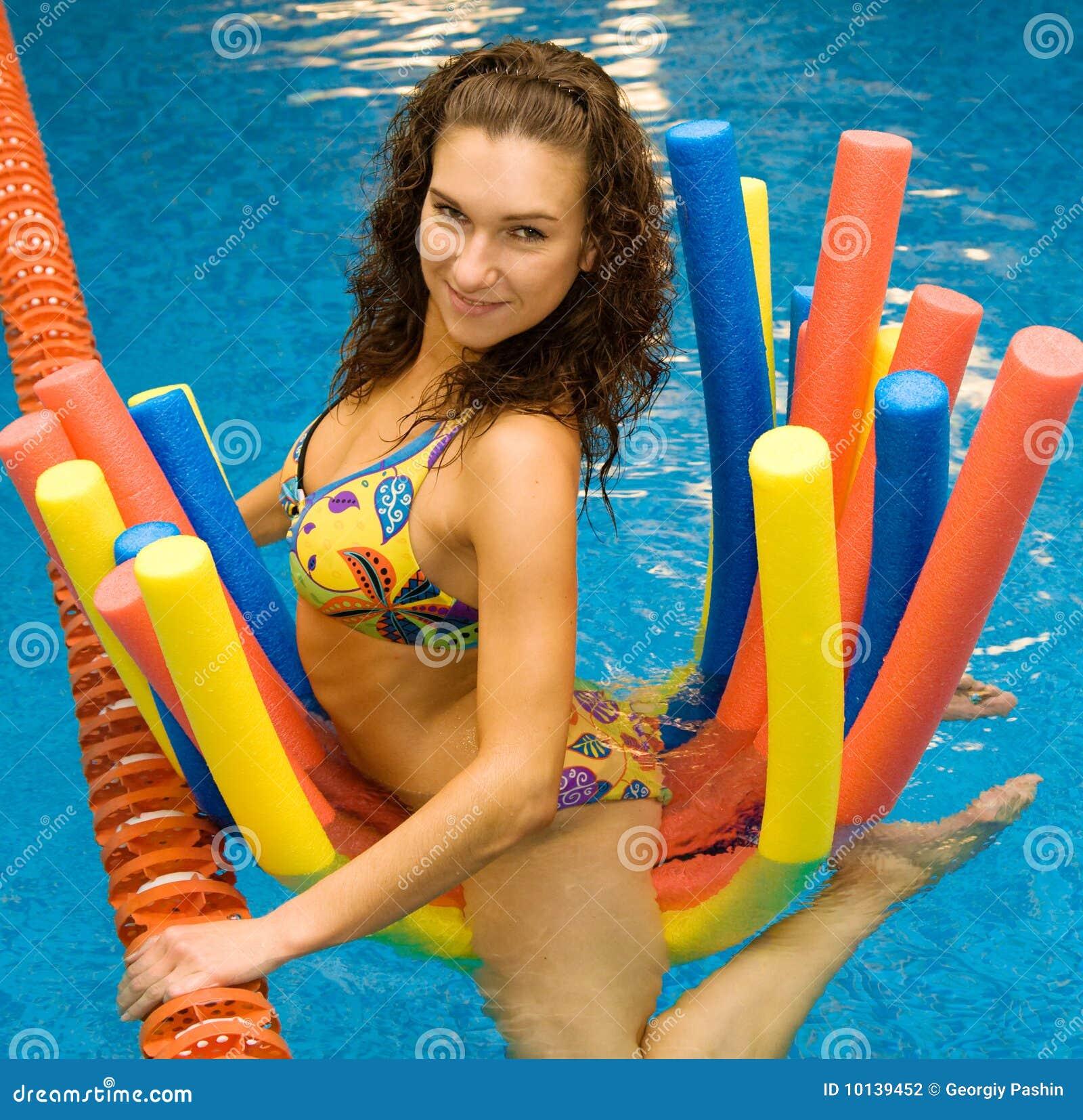 Mädchen im Wasser auf Aquanudeln