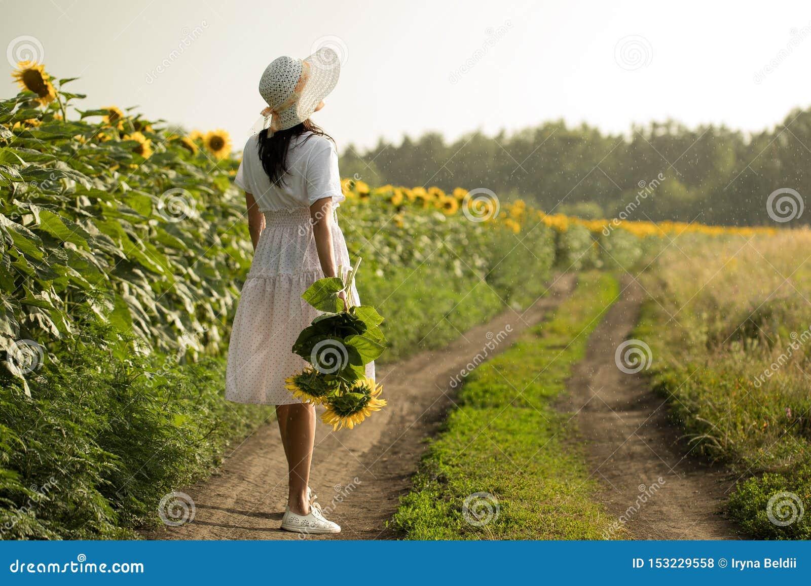 Mädchen im weißen Kleid im Regen
