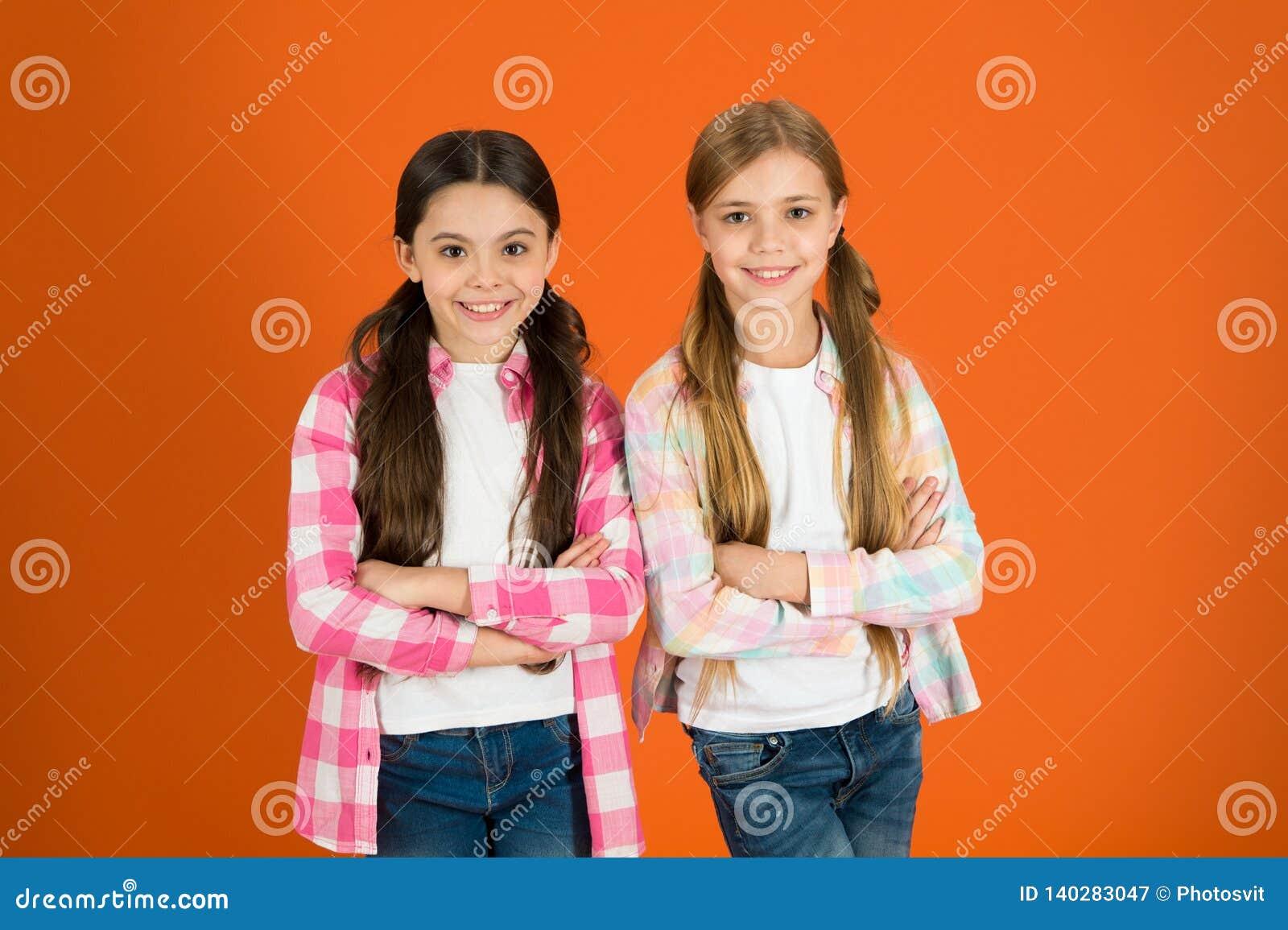 Mädchen lassen normalerweise ihr Haar lang wachsen Gesundes und glänzendes Haar Kindernettes Kind mit langer entzückender Frisur